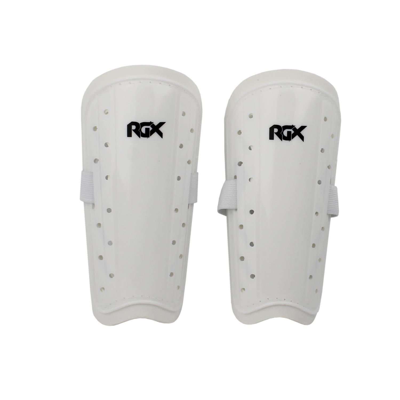 Щитки RGX 8463, белыйRGX-8463-04Щитки футбольные предназначены для защиты голени от ударов при игре в футбол, Они снижают энергию удара и уменьшают его травматическое воздействие на голень. Крепление осуществляется с помощью удобной и широкой резинки с липучкой, которая обеспечивает комфортную посадку и фиксацию щитка на ноге. Нижний вырез щитка должен быть, как можно ближе к суставу лодыжки. Правильно расположенный щиток обеспечивает надежную защиту кости голени. Материал: Пластик, пенополиэтилен, полиэстр. Производство: Китай