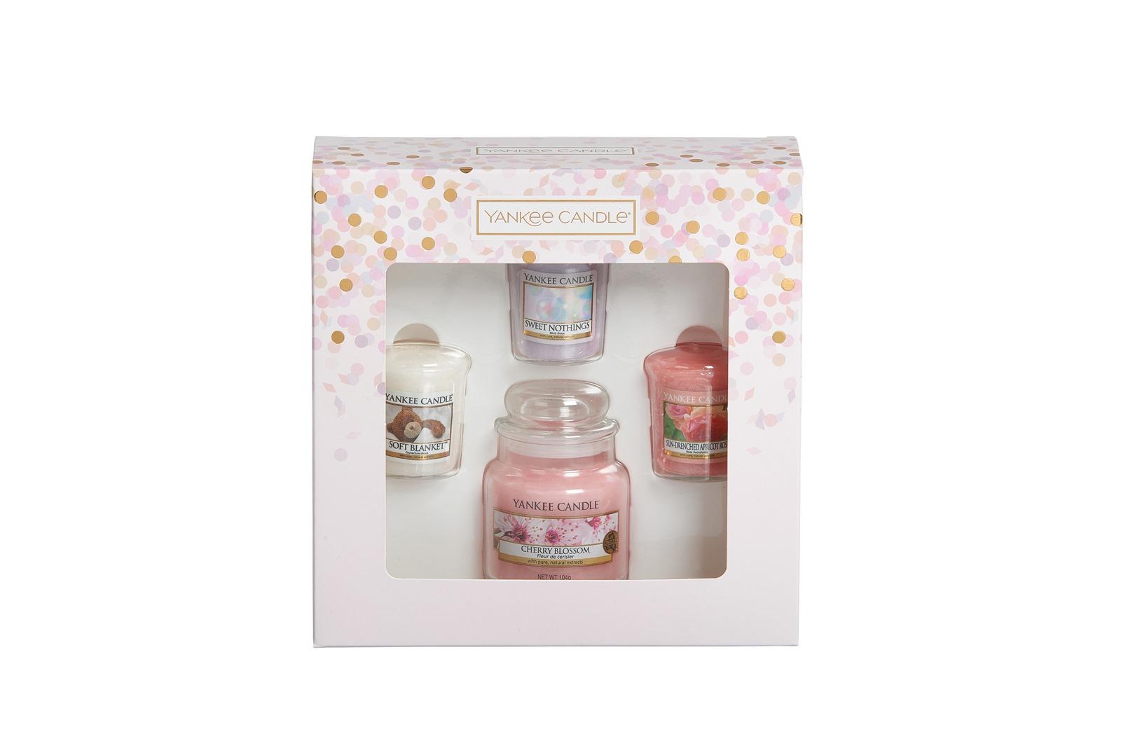 Набор свечей Yankee Candle 3 вотива и свеча Нежный букет (Цветущая вишня-свеча, вотивы- мягкое одеяло, сладость, солнечная абрикосовая роза)1613571, розовый свеча клюква со льдом yankee candle свеча клюква со льдом