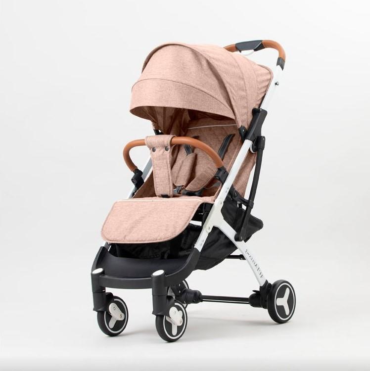 Коляска прогулочная YOYA PLUS 3 бежевыйplus32019-goldКоляска YOYA PLUS 3 2019 - яркая, современная, стильная прогулочная коляска. Подходит для детей в возрасте от 0 до 3 лет. Коляску можно проносить на борт самолета, как ручную кладь. В сложенном виде можно катить за собой , как чемодан. Шасси выполнено из алюминиевого сплава, пружинная система амортизации на всех колесах.В комплекте: Дождевик, Москитная сетка ,Подстаканник, Бампер, Сумка-чехол для коляски, Бамбуковый коврик , Корзина для покупок, Крючки для сумок, Ремешок на руку, Ремешок для ношения коляски на плече.Накидка на ножки в подарок