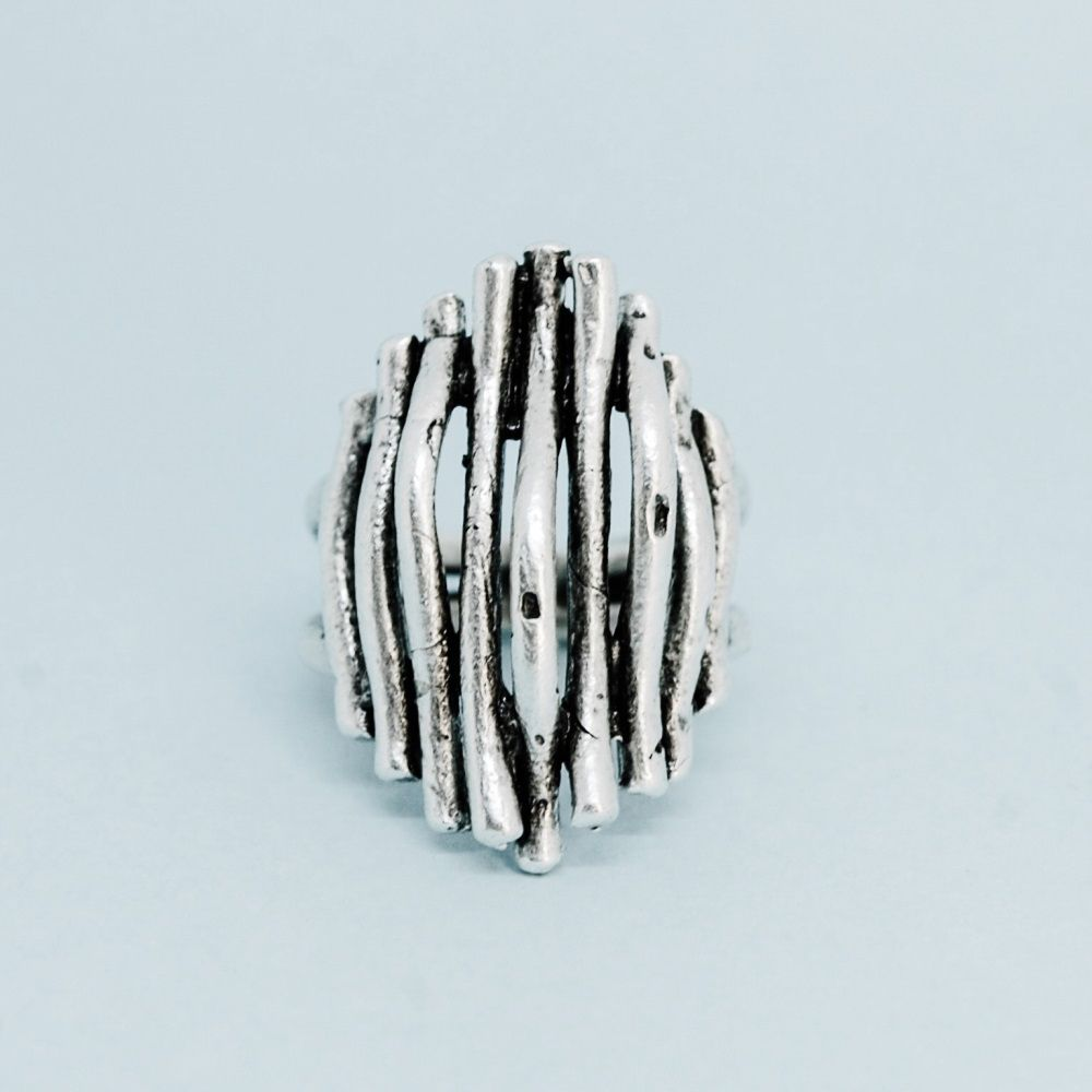 Кольцо бижутерное OTOKODESIGN 53389, Бижутерный сплав, Безразмерное, серебристыйКоктейльное кольцоБезразмерное кольцо много веток. Кольцо изготовлено из бижутерного сплава с гиппоаллергенным покрытием - долговечного и практичного материала, который будет долго сохранять свой первозданный вид и радовать вас! Стилизовано под винтажное серебро с патиной. Не чернеет, не темнеет, не окисляется.