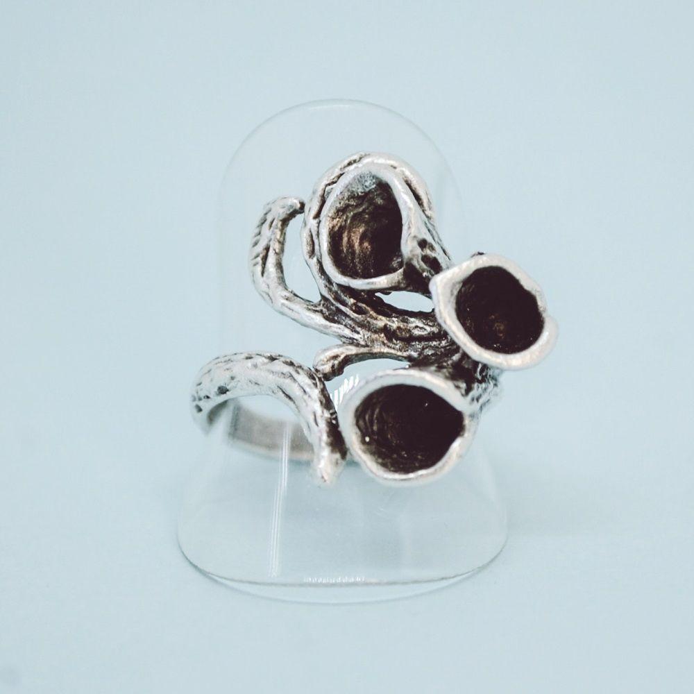 Кольцо бижутерное OTOKODESIGN 53265, Бижутерный сплав, Безразмерное, серебристыйКоктейльное кольцоБезразмерное кольцо букет лилии. Кольцо изготовлено из гипоаллергенного сплава Замак с посеребрением - долговечного и практичного материала, который будет долго сохранять свой первозданный вид и радовать вас!