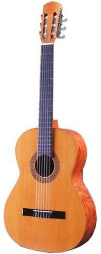 Классическая гитара Guitarras Raimundo R104BSMF01106Гитара для начинающих серии Estudio. Корпус из бубинги, верхняя дека из ели. Ученическая гитара серии Estudio Глубина корпуса на 12 ладу 95 мм, на нижнем овале 100 мм Подставка из палисандра Верхняя дека - массив ели Обечайки и нижняя дека - бубинга Матовая полировка и лаковое покрытие, упрощенная отделка кантов Шейка грифа из красного дерева Накладка грифа из палисандра Ширина грифа у шейки 51.5 мм, на 12 ладу 61.5 мм Мензура 650 мм Механизм настройки никелированный