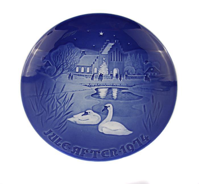 Декоративная тарелка Copenhagen Porcelan Рождество в деревне, голубой, синий, белый декоративная тарелка день матери 1977 фарфор подглазурная ручная роспись royal copenhagen дания вторая половина xx века