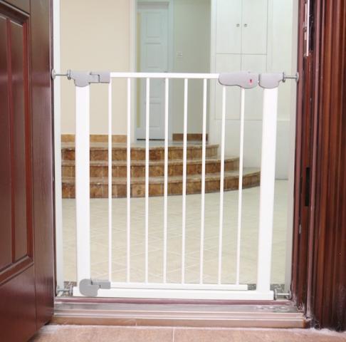 Safe&Care ворота Auto с дозакрывателем дверцы на распорках металл белый 73-80.5см