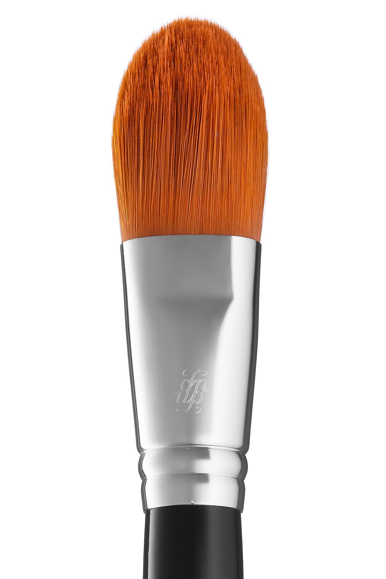Кисть для нанесения тонального крема и основы под макияж B96