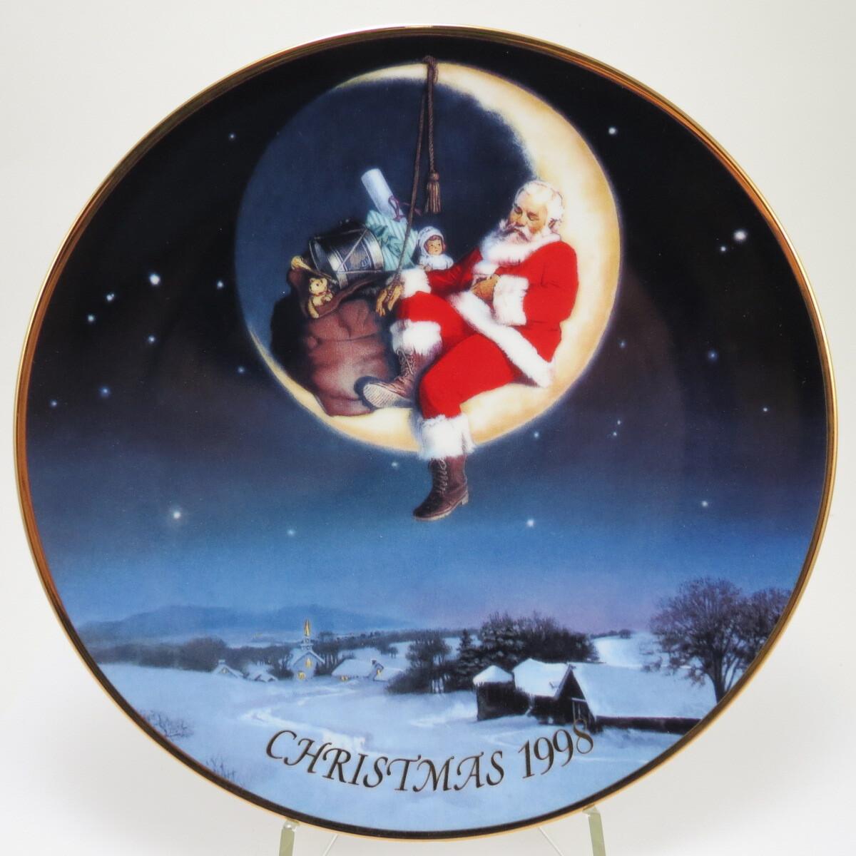 """Декоративная коллекционная тарелка """"Рождество 1998: Поздравления от Санты"""". Фарфор, деколь, золочение. Avon Products, Inc., США, 1998."""
